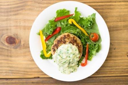 Oisixの水耕栽培ケールを使った「かがやケールのハンバーグ定食」、タニタ食堂で期間限定による提供