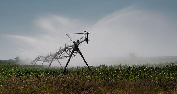 大きな灌漑設備の放水による冷却効果は限定的で一瞬。温暖化には効果がなく、水資源の枯渇問題の方が問題となっている