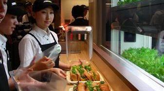 サンドイッチチェーンのサブウェイ、店舗併設型の植物工場を東京・丸の内にオープン