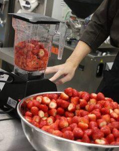 谷常製菓、自社生産の朝摘み・完熟イチゴを使用したジェラートを夏季限定販売
