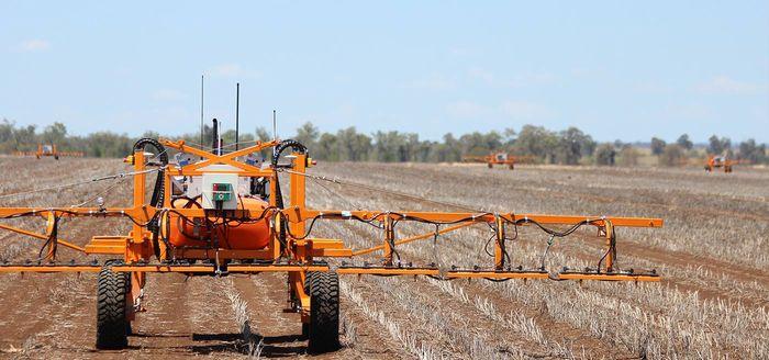オーストラリア、自動の無人小型トラクター「SwarmBot」の商業生産を開始