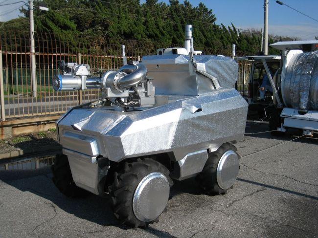 三菱重工業による自動運転機能を備えた消防ロボット。農業用小型バギーを改造
